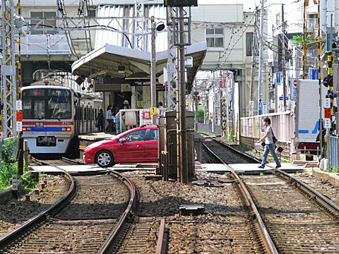 008-fumikiri-20110514-keiseiyawata.jpg