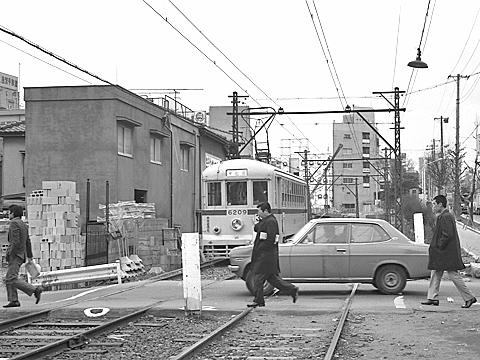 006-fumikiri-1974-toden-32-gakushuinshita.jpg