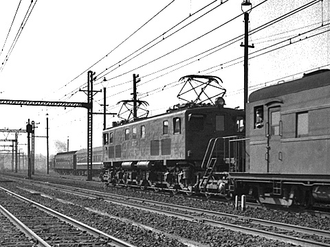 009-195402-JNR-ef58train-shinagawa.jpg